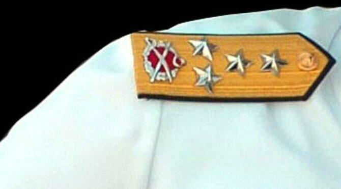 Emekli donanma komutanından kelepçe tepkisi