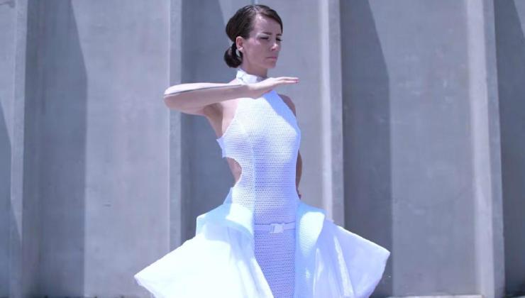 tasarladığı elbise ile sosyal mesafenin önemini moda dünyasına taşıdı