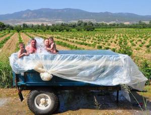 Traktörün römorkunu çocuklar için havuza çevirdi