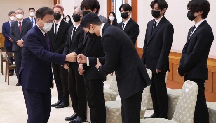 güney kore devlet başkanı moon jae-in bts'i ağırladı: özel elçi ataması sonrası bm'ye katılacaklar