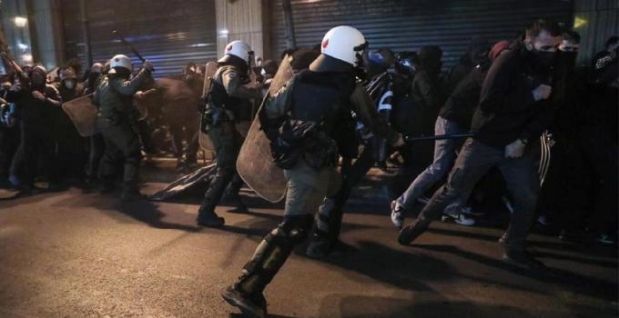 Yunanistan'da ortalık karıştı! Gazlı, coplu müdahale