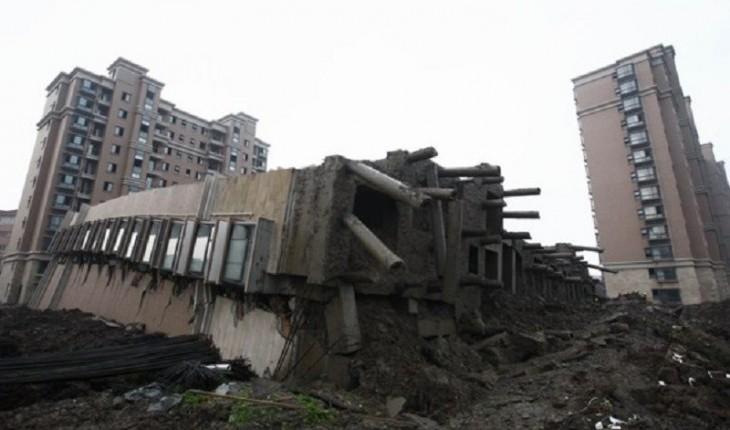 Impressionante: prédio de 13 andares cai e permanece intacto; veja as fotos