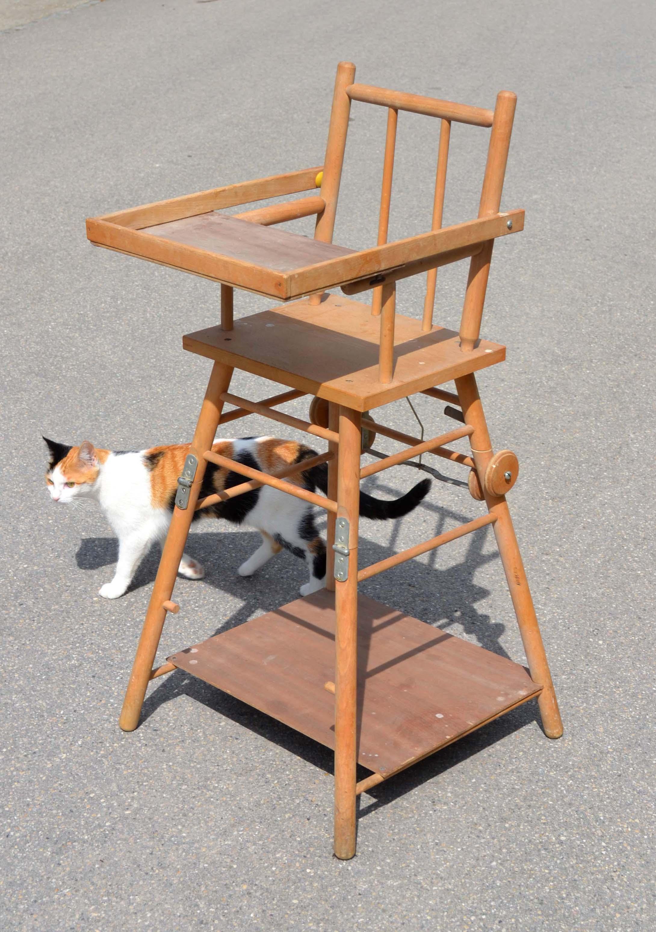 chaise haute de bebe des annees 1950 60 pliable pour permettre au bambin de manger a la table en bois clair un peu tache idealement a repeindre
