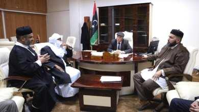 وزير الدولة لشؤون النازحين والمُهجرين، يوسف جلالة، خلال لقاء مع شيوخ وأعيان ليبيا،