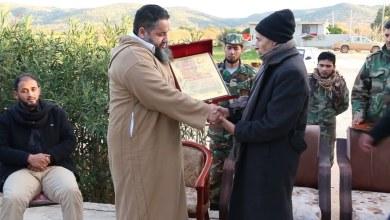 تكريم اللواء شقلوف بدرع الوفاء لرفاق الشهداء - الجبل الاخضر