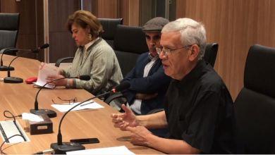 نجيب الحصادي يلقي ورقته في حلقة نقاش اللامركزية التي نظمتها جامعة بنغازي