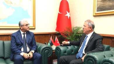 وزير الداخلية المُفوض بحكومة الوفاق فتحي باشاغا مع وزير الدفاع التركي خلوص آكار