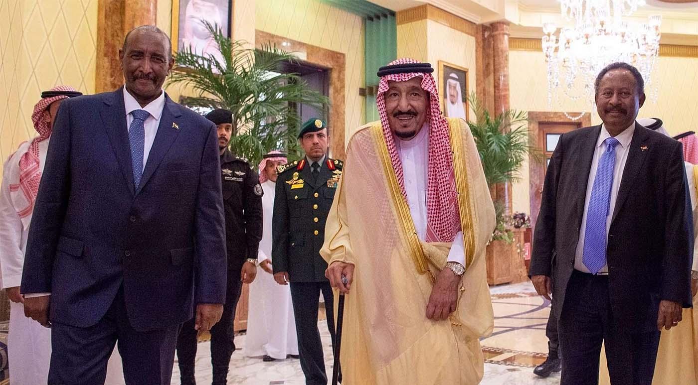 رئيس الحكومة الانتقالية عبد الله حمدوك والملك سلمان بن عبدالعزيز ورئيس المجلس السيادي عبد الفتاح البرهان
