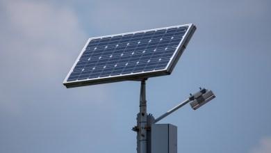 أعمدة إنارة بالطاقة الشمسية