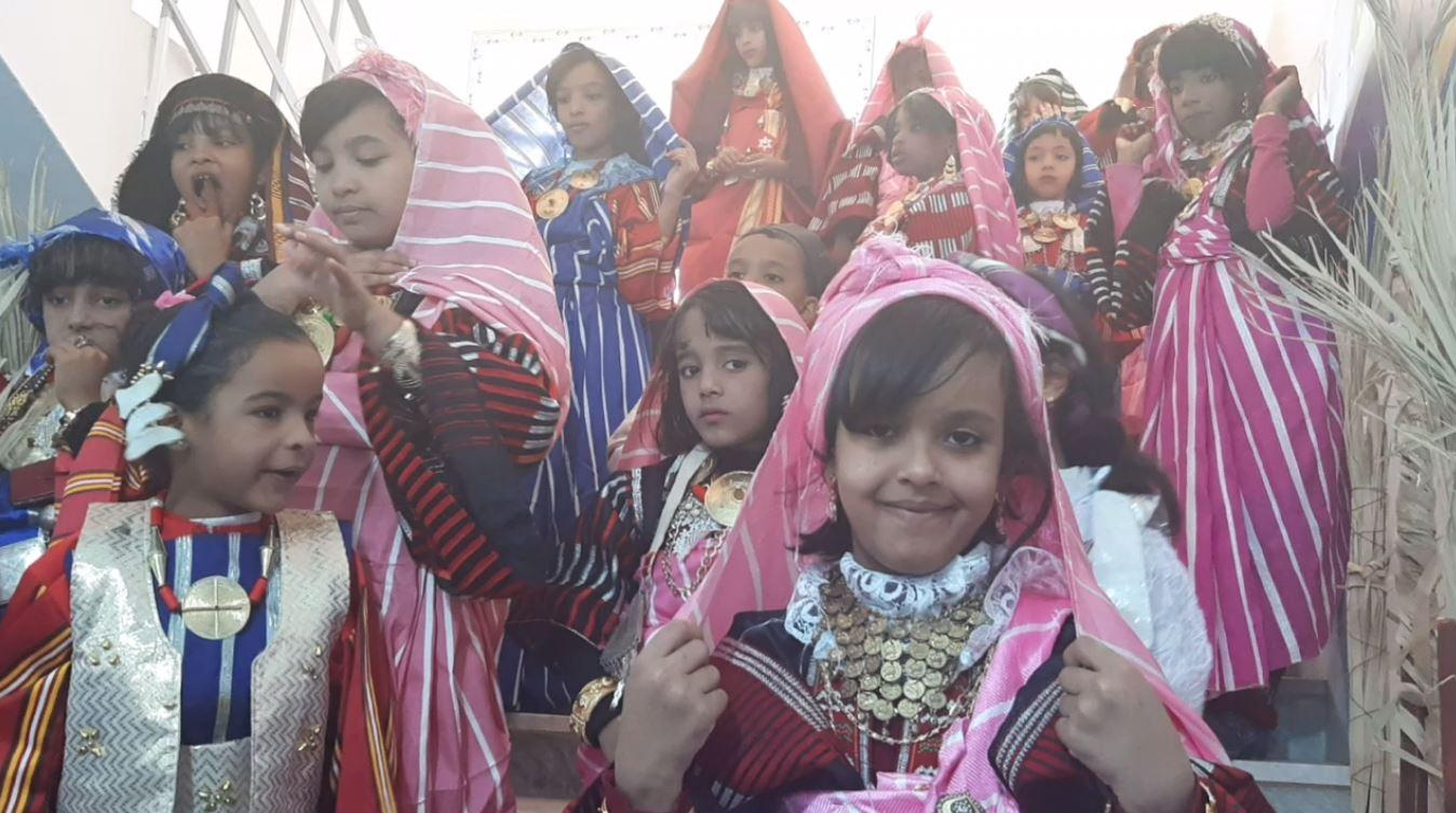 أزياء ودان التقليدية ترتديها طفلات مشاركات في مهرجان طوزة