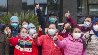 مصابون صينيون يغادرون المشافي بعد تعافيهم من فيروس كورونا