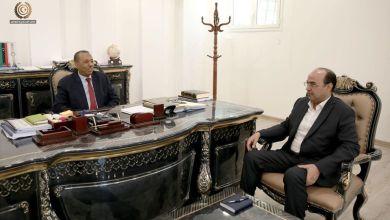 رئيس الحكومة الليبية عبدالله الثني يبحث مع عميد بلدية بنغازي صقر بوجواري مدى جاهزية مراكز الحجر الصحي لاسقبال العالقين بالخارج