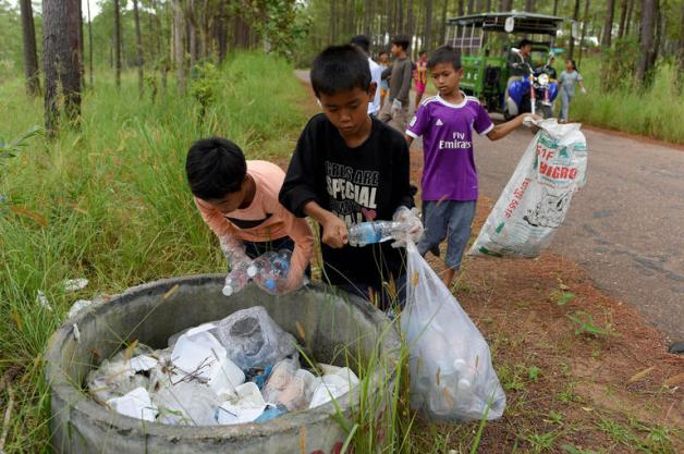 176-183033-cambodia-rubbish-school-kids-pay-plastic-2