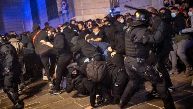 اشتباكات بين الشرطة ومحتجين في عدة مدن اسبانية بعد فرض قيود كورونا وإعلان الطوارىء
