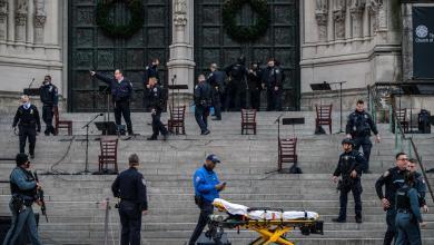 شرطة نيويورك تقتل مسلحاً هاجم عرضاً موسيقياً احتفالياً أمام كاتدرائية