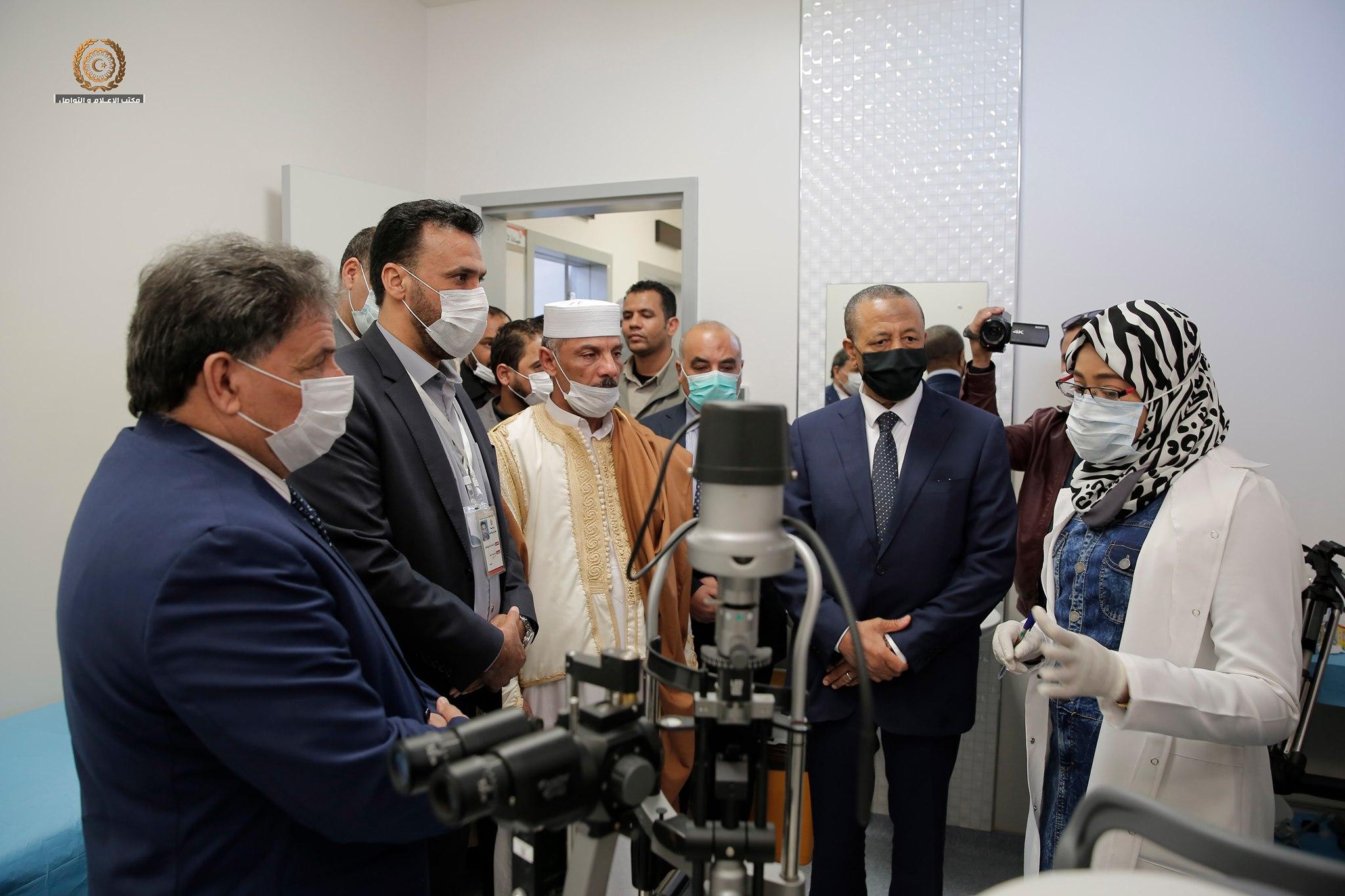 رئيس الحكومة الليبية عبدالله الثني وثلاثة وزراء منهم وزير الصحة سعد عقوب يفتتحون مستشفى البريقة العام بعد إنجاز أعمال الصيانة