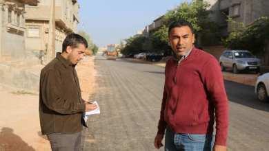 جانب من أعمال رصف الطريق الرابطة بين شارعيّْ العراق والكويت بمنطقة شبنه في مدينة بنغازي