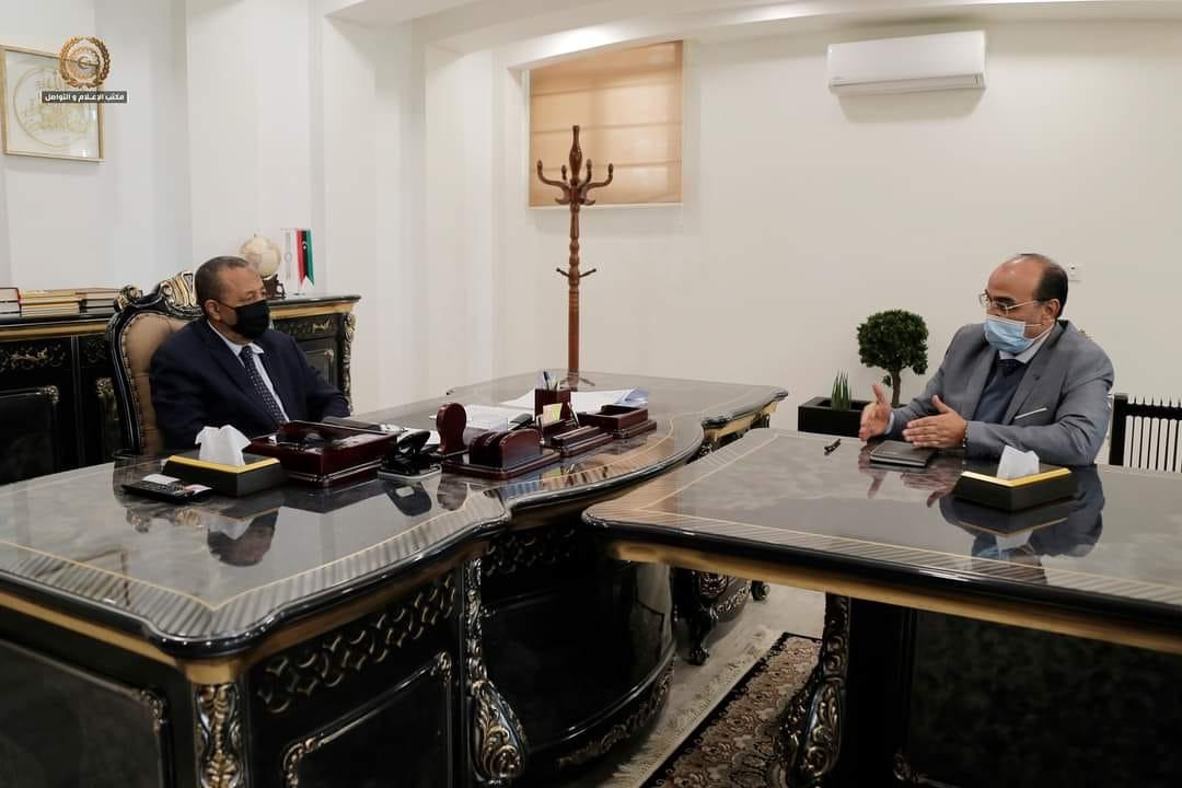 رئيس الحكومة الليبية عبدالله الثني يبحث مع عميد بلدية بنغازي الصقر بوجواري نسب المنجز من مشاريع البلدية