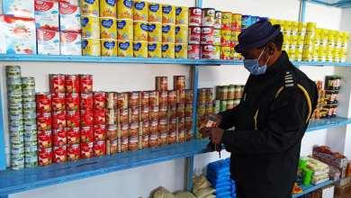 عنصر من الحرس البلدي أوباري يفتش صلاحية المعلبات في محل للمواد الغذائية