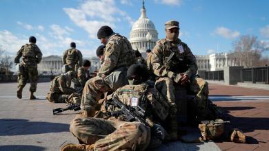 """قوات الحرس الوطني تتجمع أمام مبنى الكابيتول الأميركي في واشنطن –""""رويترز"""""""
