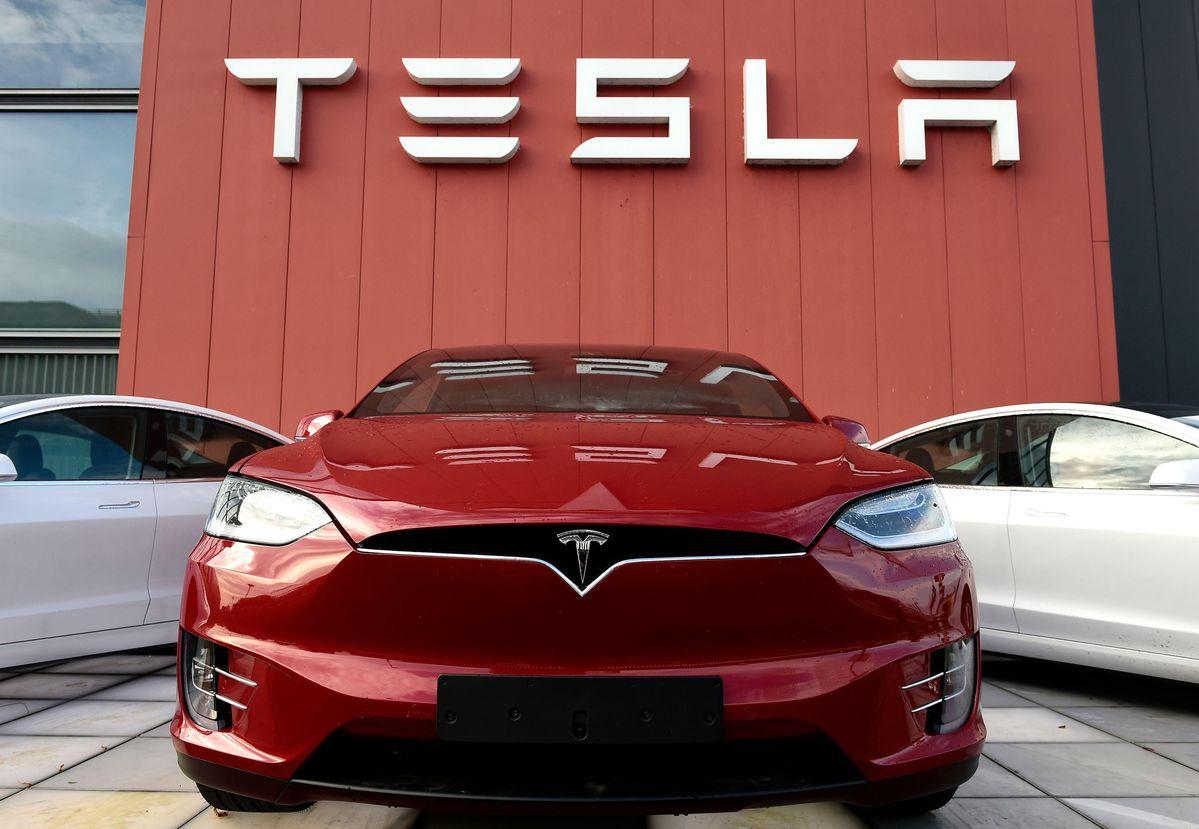 شركة تسلا توقف إنتاجها في مصنع تجميع السيارات بكاليفورنيا 4
