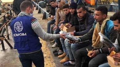 مهاجرون عرب غير قانونيين يتلقون المساعدة من عناصر زورق فزان التابع لجهاز خفر السواحل الليبي بعد إنقاذهم