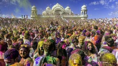 آلاف الهنود يحتفلون بمهرجان الألوان
