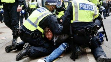 شرطة لندن تقبض على متظاهر من المحتجين على قيود كورونا