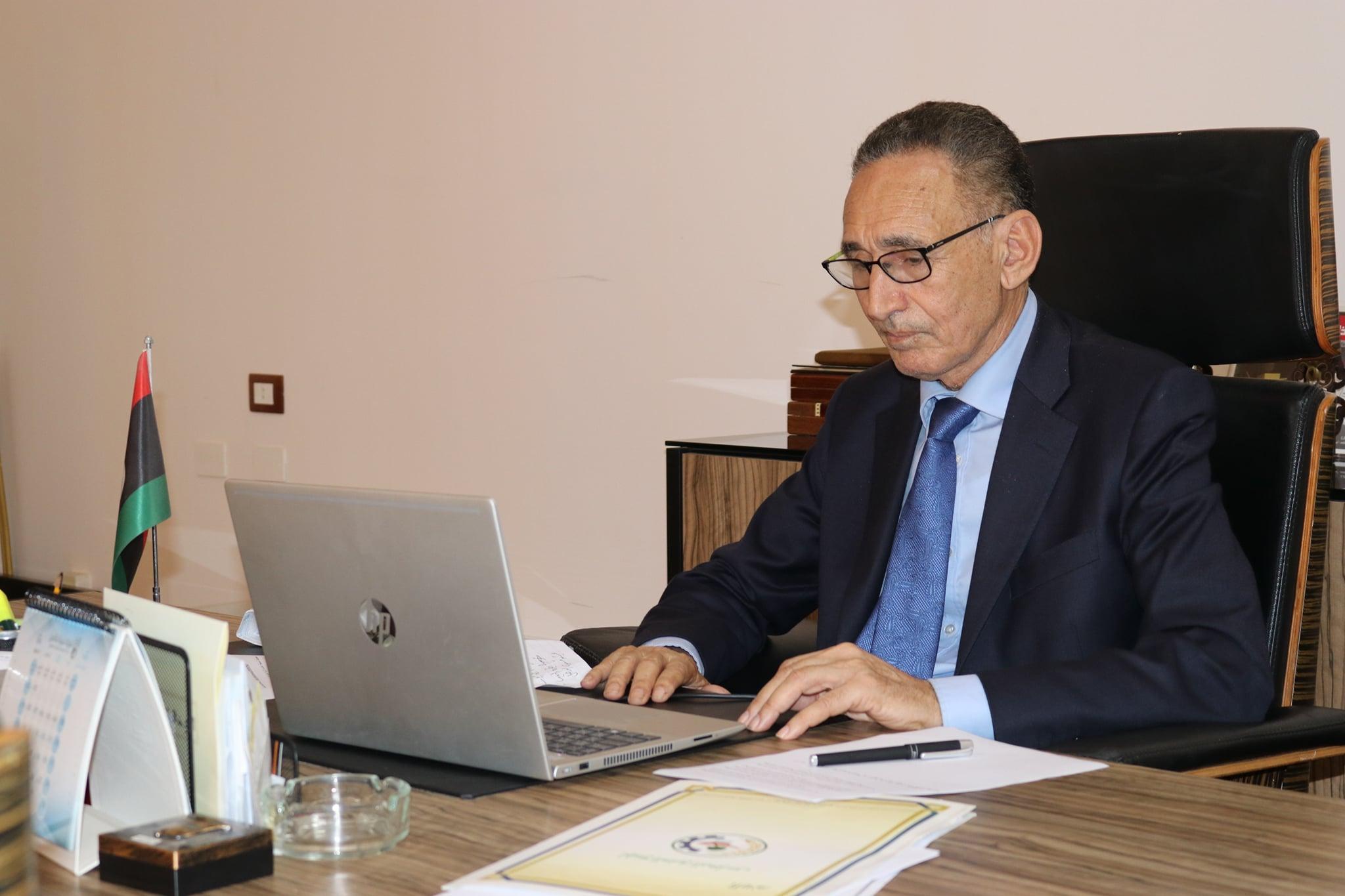 وزير الاقتصاد والتجارة محمد الحويج