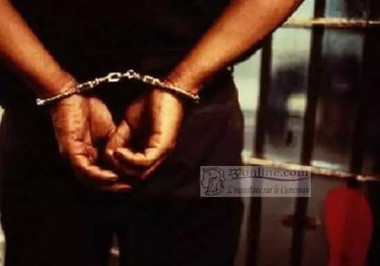 Un detenu avec les menottes