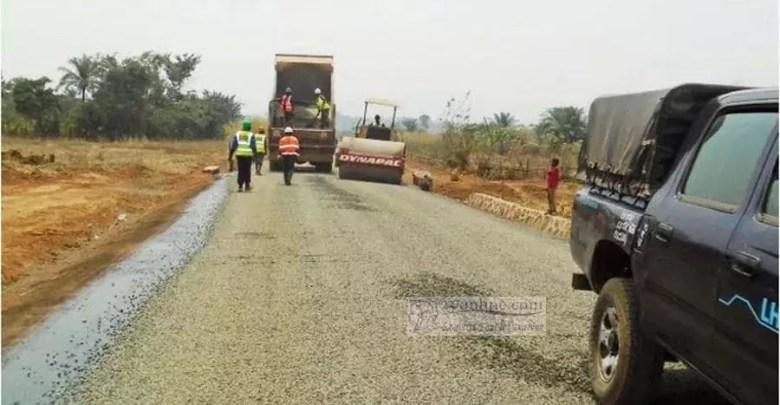 Route en chantier dans le pays profond