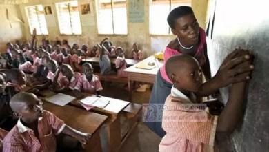 Une institutrice et un élève