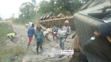 Photo de Route Yaoundé-Douala : En 5 min, les populations volent tout le ciment d'un semi-remorque victime d'un accident