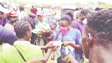 Photo of Cameroun – Covid-19: Maurice Kamto distribue les produits au Marché Mokolo