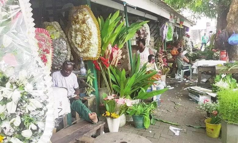 Vendeurs des gerbes de fleurs
