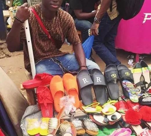 Un vendeur de sandales