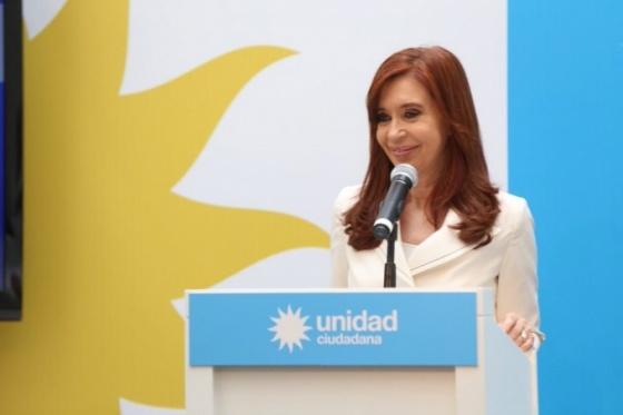 El emotivo cartel que Cristina Kirchner subió al escenario en Hurlingham