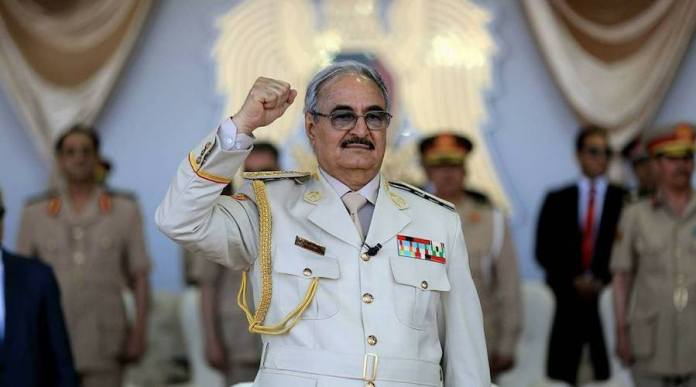 Au moins vingt-deux personnes ont été condamnées à mort depuis 2018 par des tribunaux militaires et des centaines d'autres ont été emprisonnées après dessimulacres de procèsdans l'est de la Libye contrôlée par les forces du maréchal Khalifa Haftar