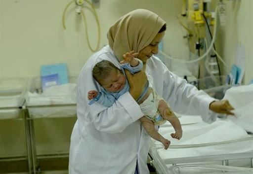 Infirmières portant un bébé