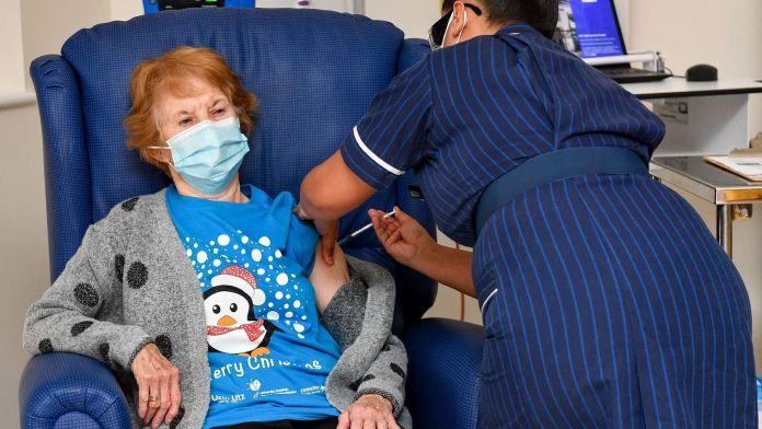 Margaret Keenan, une grand-mère britannique de 90 ans, reçoit pour la première fois dans le monde le vaccin Pfizer/BioNTech contre le Covid-19, le 8 décembre 2020 à Coventry en Angleterre