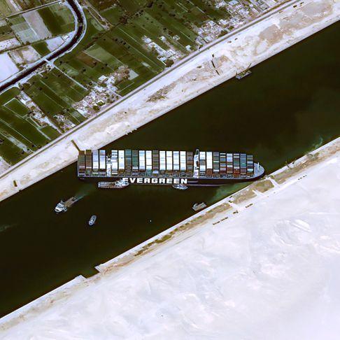 Canal de Suez: le fret maritime très affecté, incertitude sur le déblocage