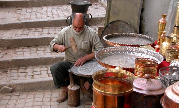 L'artisan dinandier à la Casbah d'Alger El Hachemi Benmira, un des doyens de ce métier, est décédé vendredi 23 avril à Alger à l'âge de 70 ans