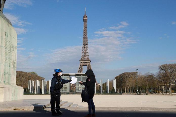 Covid-19: nouvelles restrictions en France, mois le plus meurtrier au Brésil