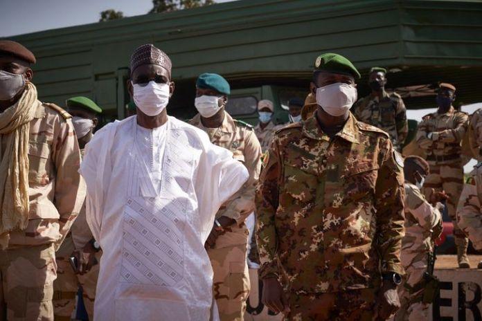 Mali: les militaires libèrent les dirigeants arrêtés mais restent loin d'une transition civile
