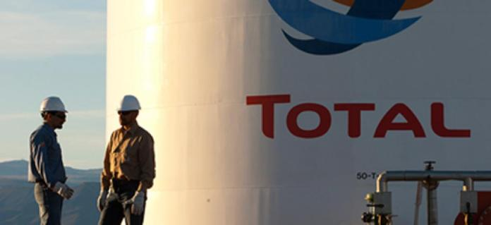 Total a annulé une campagne publicitaire qu'il avait prévu de diffuser dans Le Monde, après la publication par le journal d'une enquête accusant le groupe pétrolier d'avoir partagé ses revenus du gaz avec les militaires birmans