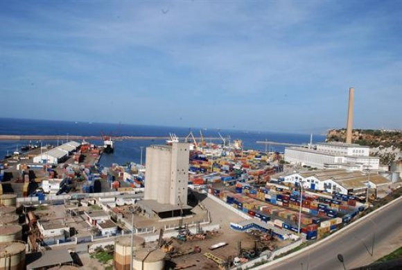 Du ciment blanc dans une cargaison de lait en poudre au port d'Oran