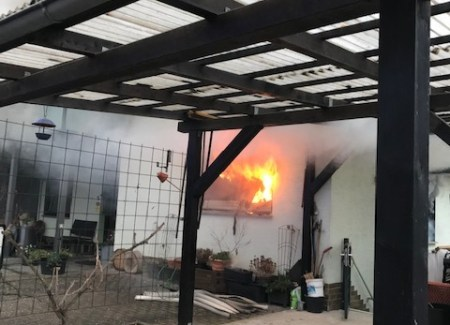 Flammen aus Fenster - Foto: © Polizeidirektion Montabaur