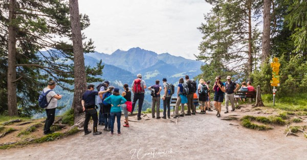 Menschen am Aussichtspunkt Rheinschlucht