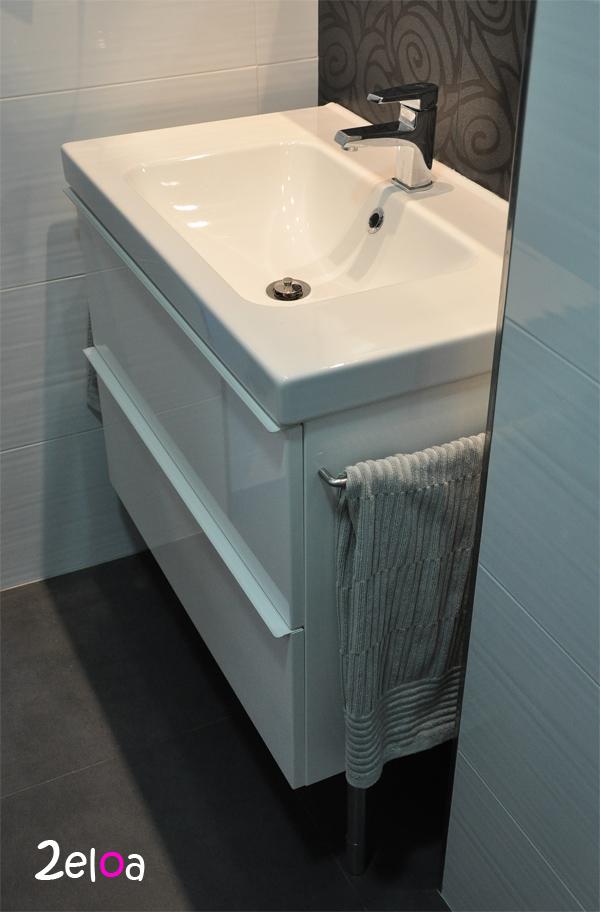 Ikea Hack Aadiendo unos toalleros al mueble de bao