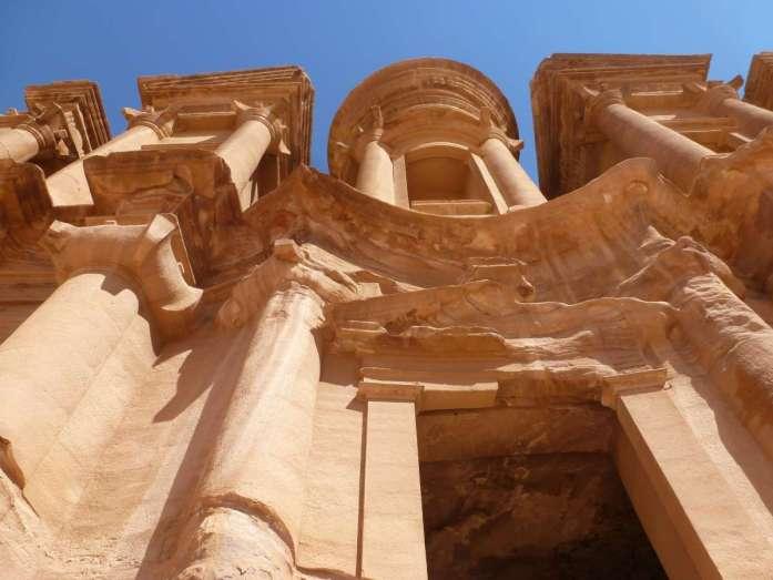 Blick von unten die Fassade von Ad Deir hoch